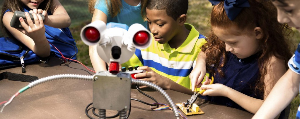 kidsbuildingrobot-crop1